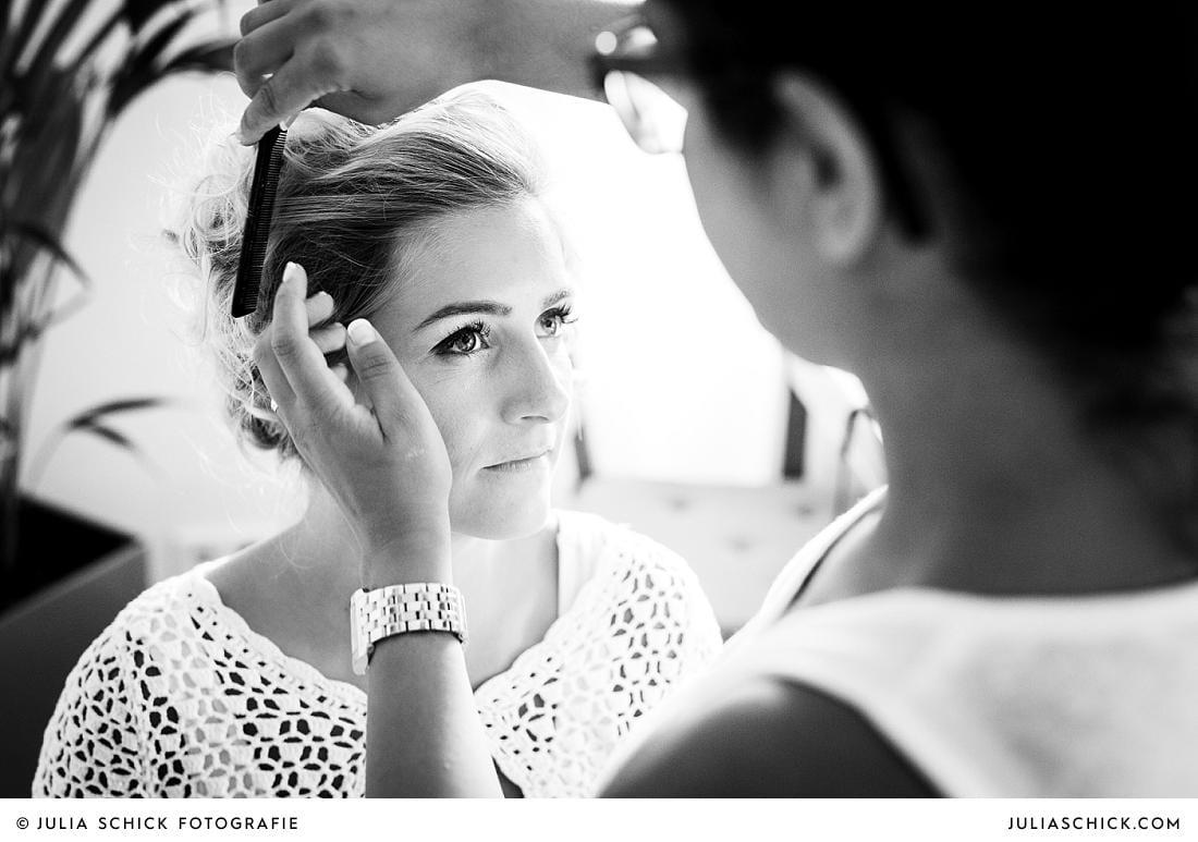 Make-up-Artist schminkt Braut Hochzeitsfotografin Julia Schick