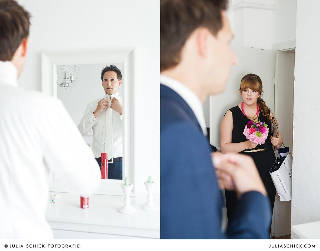 Bräutigam zeiht krawatte im spiegel an