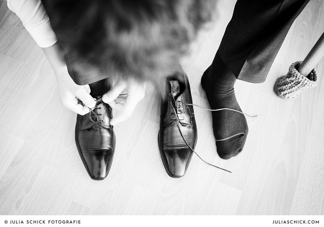 Bräutigam zieht Lederschuhe an