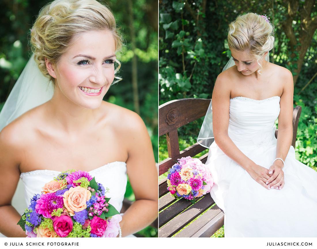 Braut auf Bank mit buntem Brautstrauß von Florist Jens Weidemann