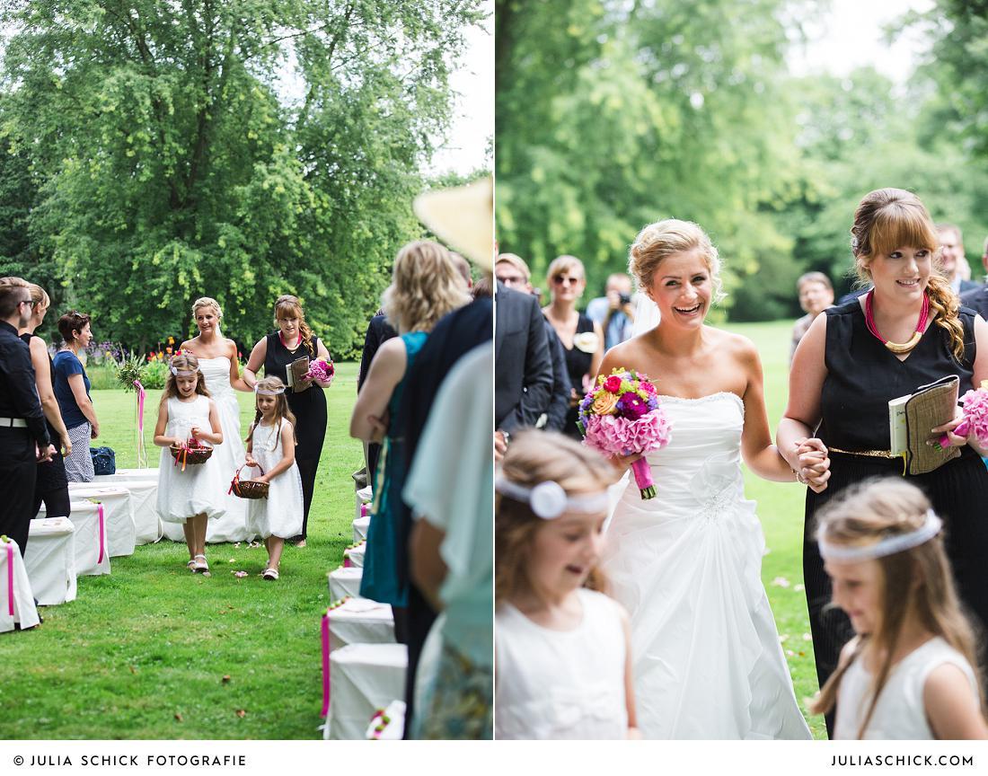 Braut auf dem Weg zur freien Trauung auf Burg Hülshoff