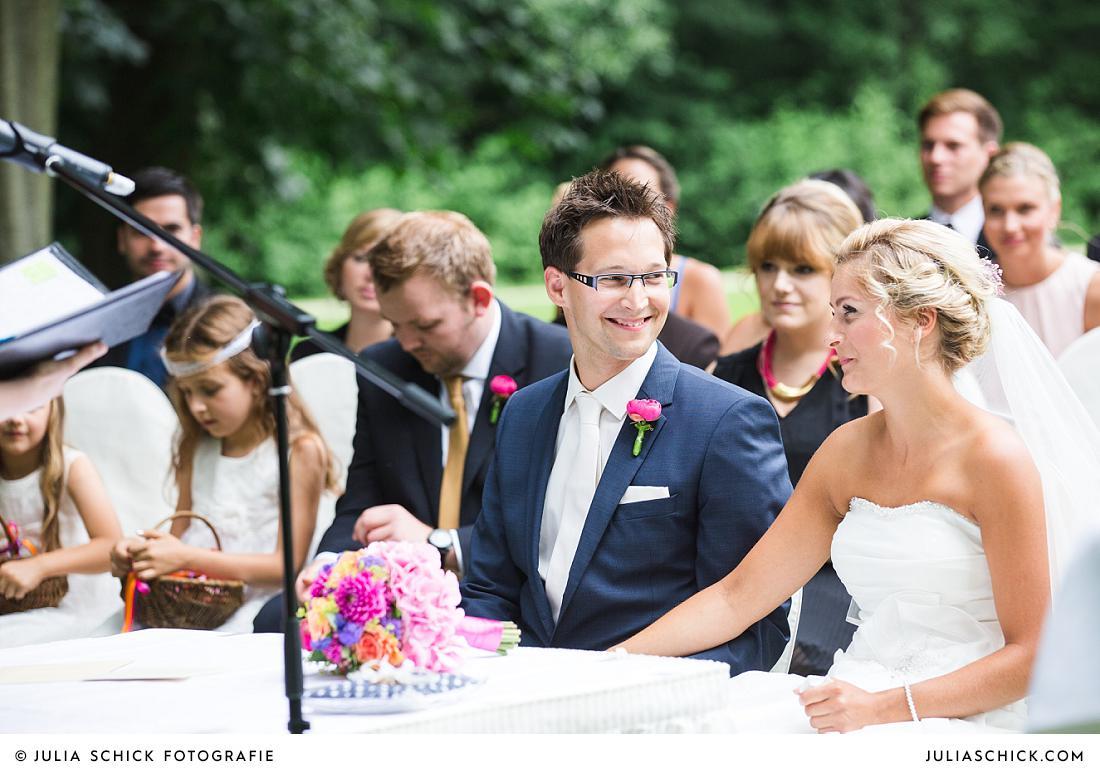 Lachendes Brautpaar bei Trauung auf Burg Hülshoff