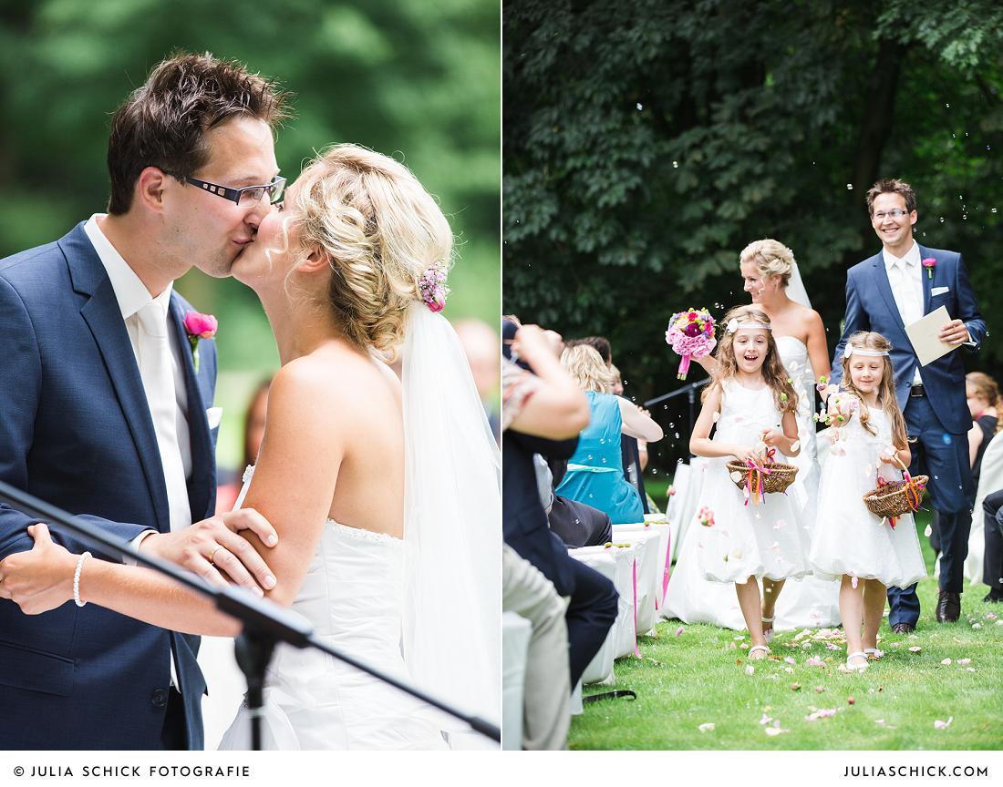 Küssendes brautpaar und Blumenkinder bei Trauung auf Burg Hülshoff in Havixbeck