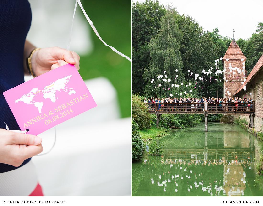 Brautpaar und Gäste lassen Ballons steigen bei Hochzeit auf Burg Hülshoff