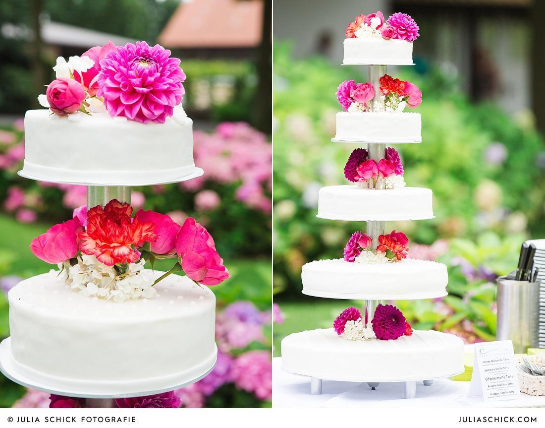 Hochzeitstorte von Cafe Classique mit Blumen und Dahlien auf Burg Hülshoff