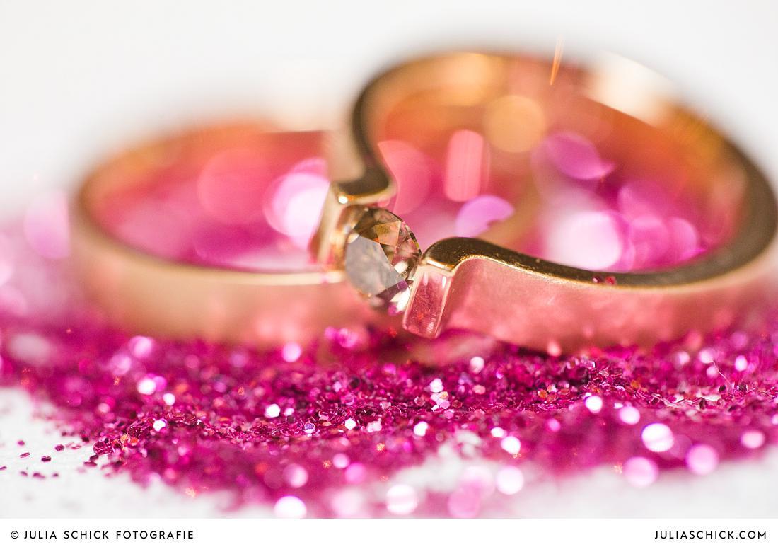 Eheringe in rotgold mit Diamant und pinkem Glitter