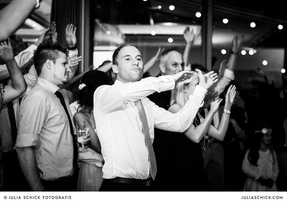 Gäste feiern auf Hochzeit im Stapelskotten Münster