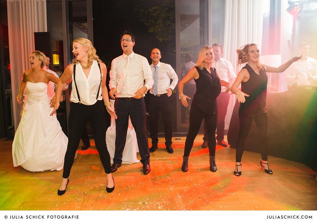 Tanzendes Brautpaar und Helene Fischer Double fotografiert von Hochzeitsfotografin Julia Schick
