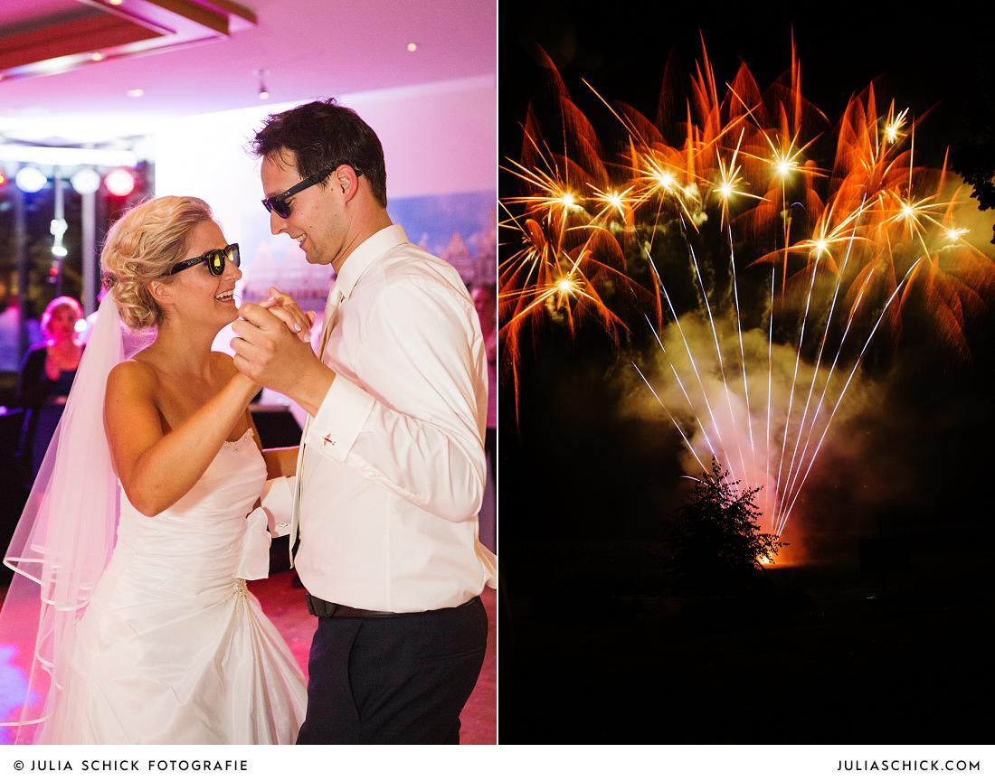 Tanzendes Brautpaar und Feuerwerk auf Hochzeit im Stapelskotten