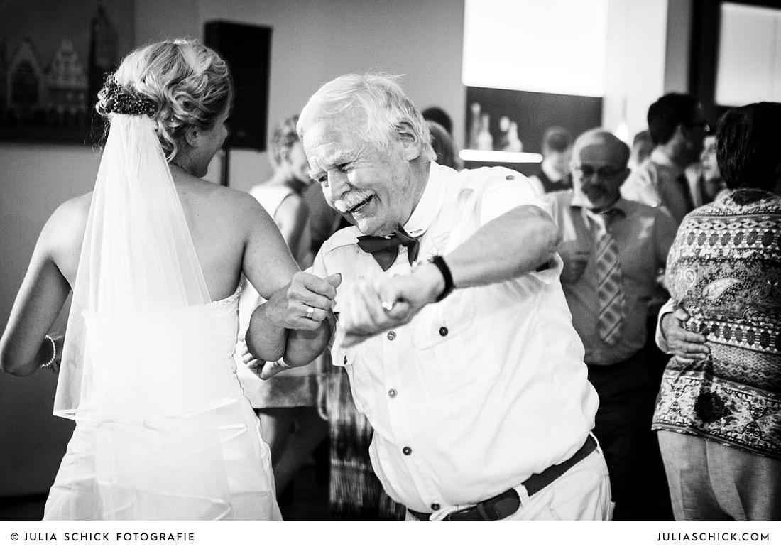 Tanzende Braut bei Hochzeitsfeier im Stapelskotten