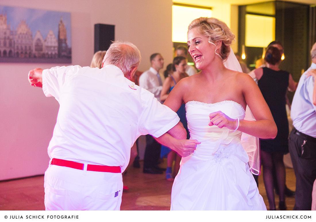 Tanzende Braut auf Hochzeitsfeier im Stapelskotten Münster