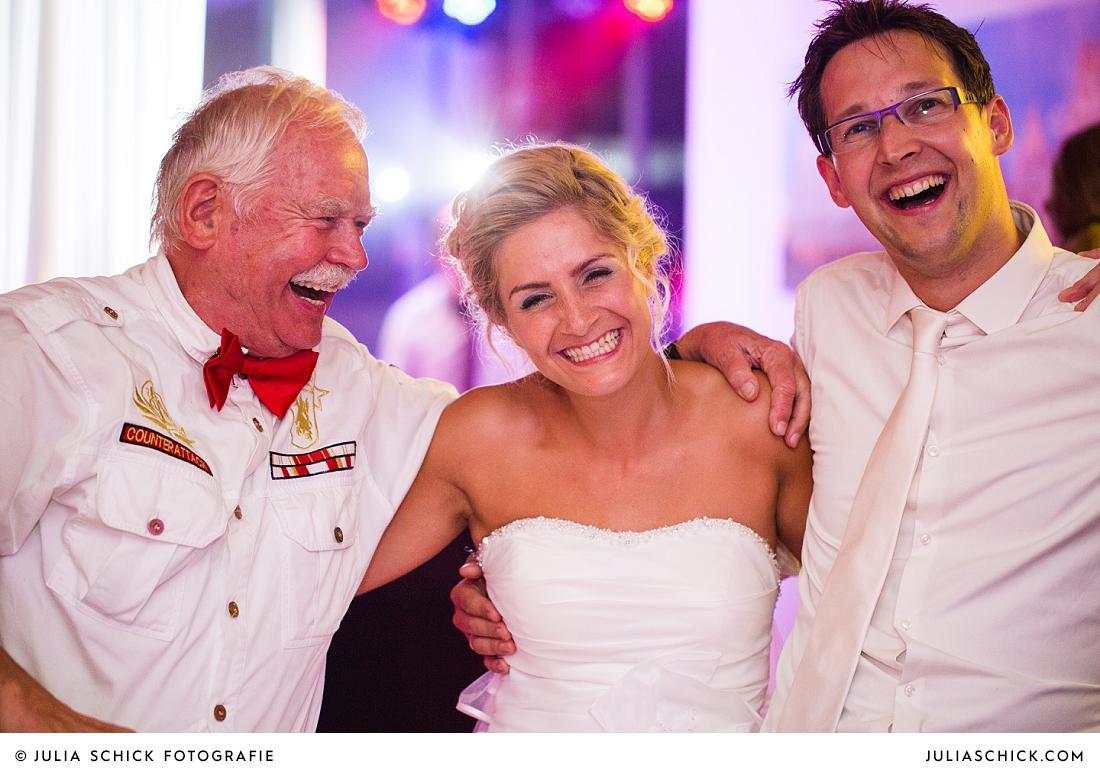 Feierndes Brautpaar im Stapelskotten