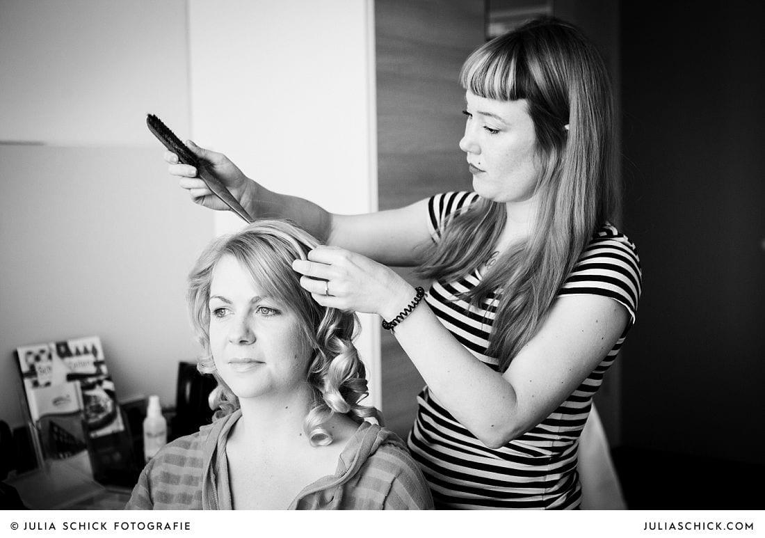 Hairstylistin Daniela Gessner stylt Brautfrisur im Treff Hotel