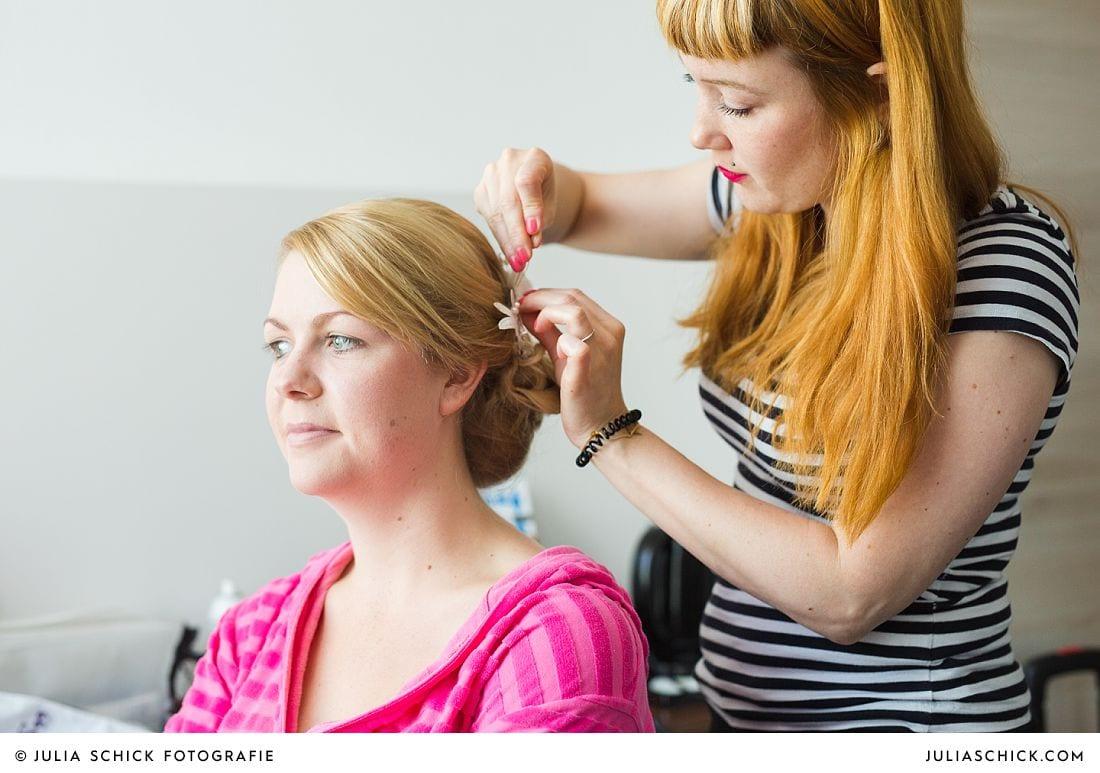 Hairstylistin Daniela Gessner stylt Braut im Treff Hotel Münster