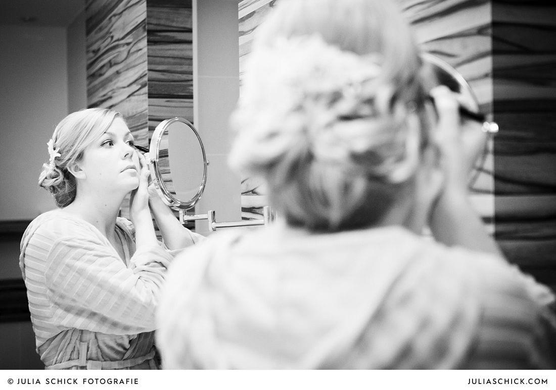Braut stylt sich beim Getting Ready im Treff Hotel Münster