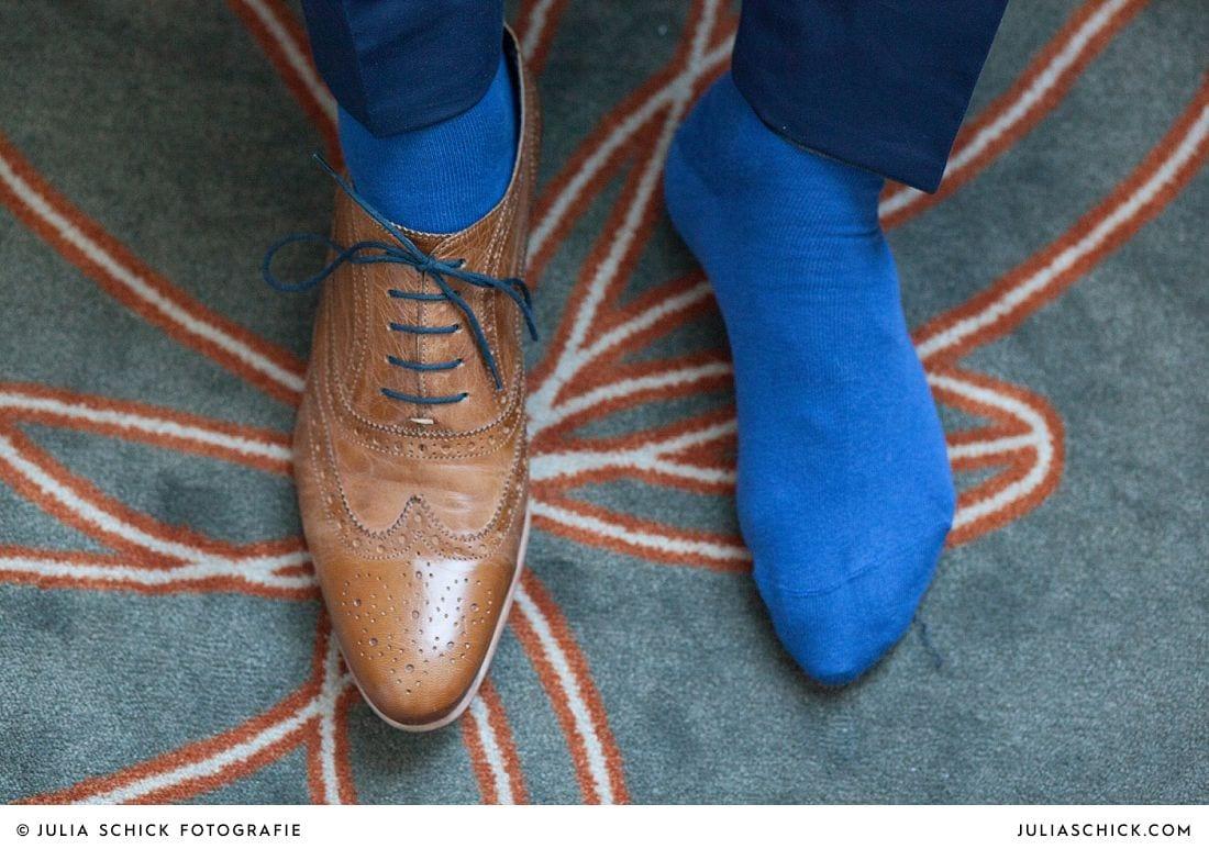Bräutigam mit blauen Socken