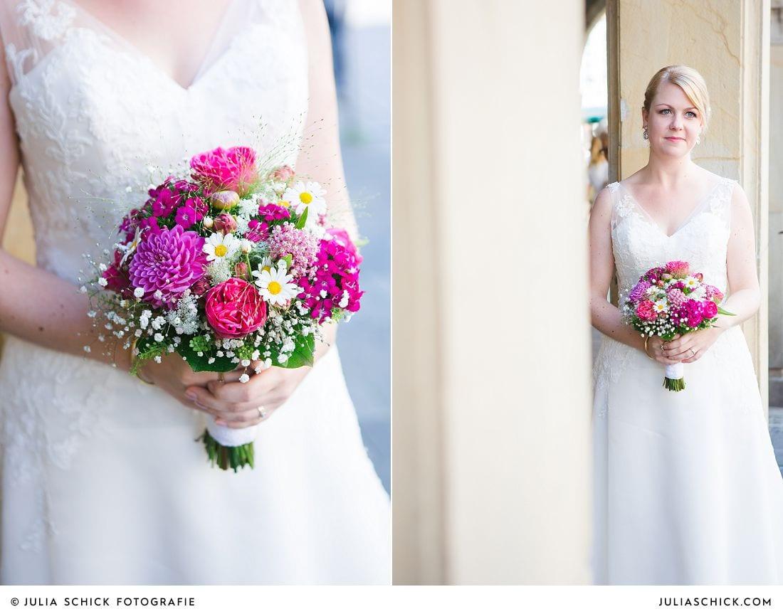 Braut mit Brautstrauß von Blütenzauber auf dem Prinzipalmarkt in Münster