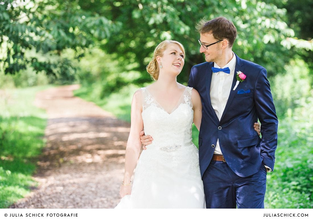 Brautpaar bei Hochzeitsfotos im Wienburgpark