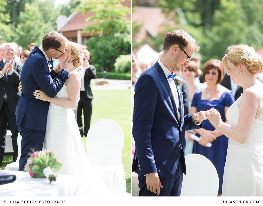 Küssendes Brautpaar bei Freier Trauung auf Gut Havichhorst