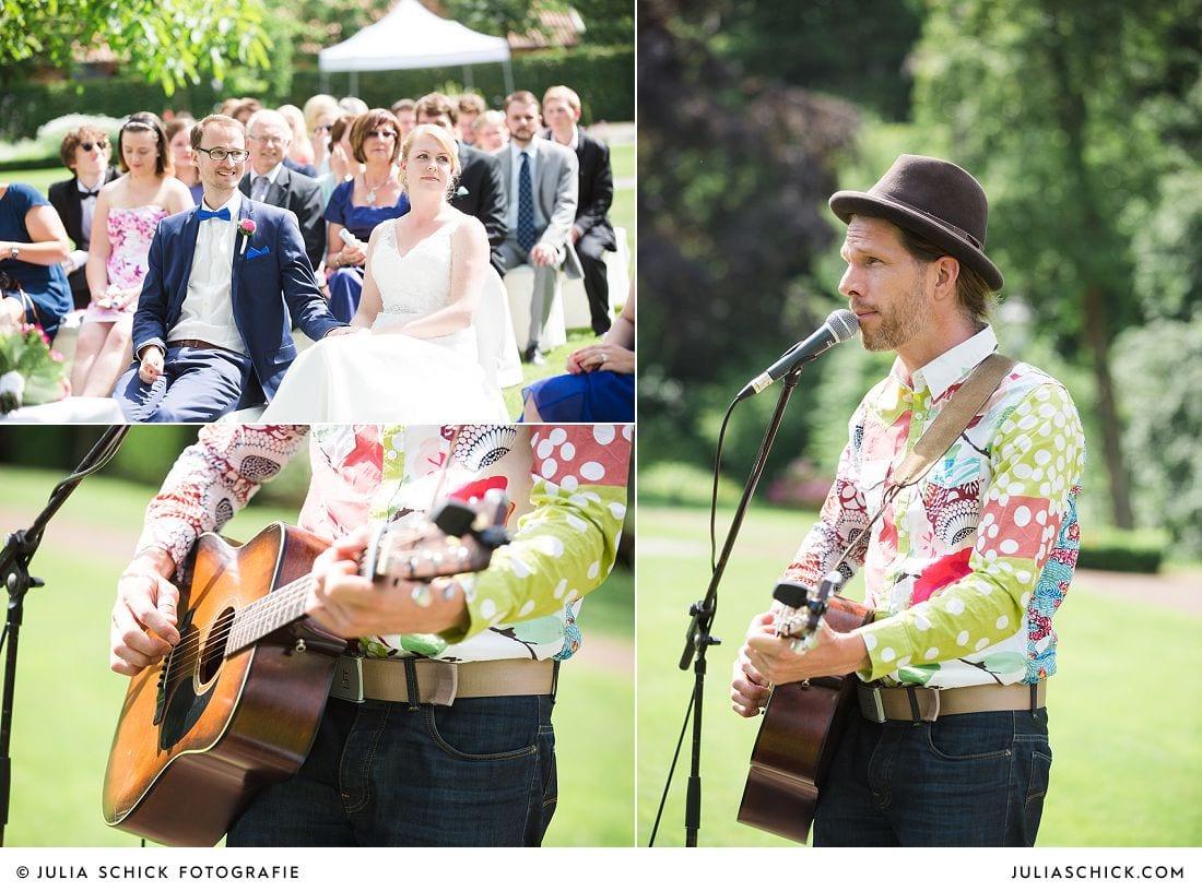 Brautpaar und Hochzeitssänger Radio Lukas bei Freir Trauung auf Gut Havichhorst