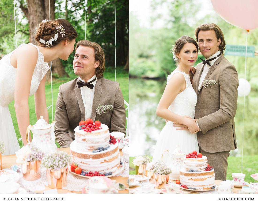 Brautpaar an Brauttisch mit Naked Cake am Hof zur Linde