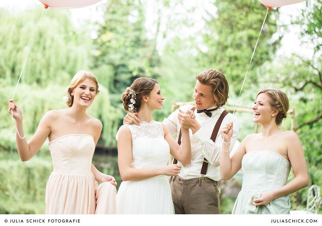 Fröhliches Brautpaar bei Hochzeit am Handorfer Werseufer, Hof zur Linde