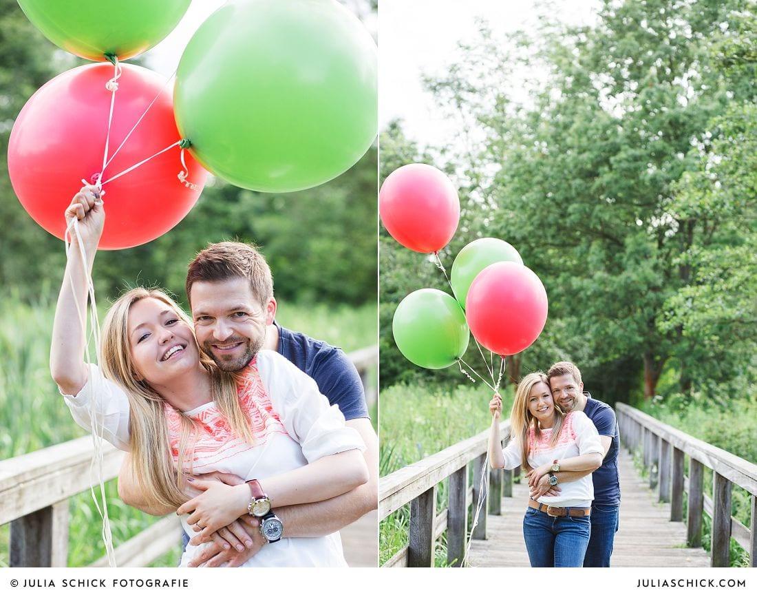 Lovestoryshooting mit roten und grünen Ballons im Wienburgpark