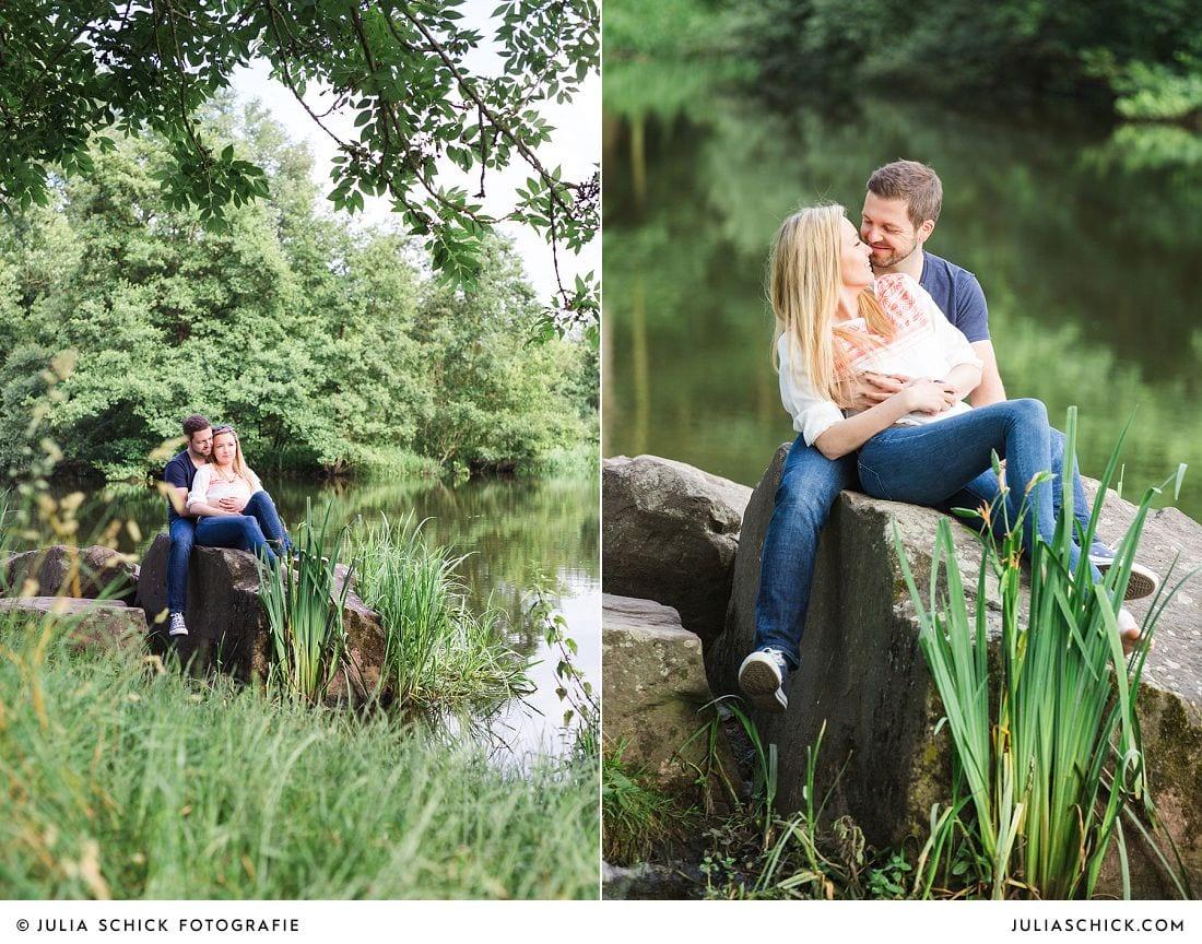 Paar auf Stein am See im Wienburgpark in Münster