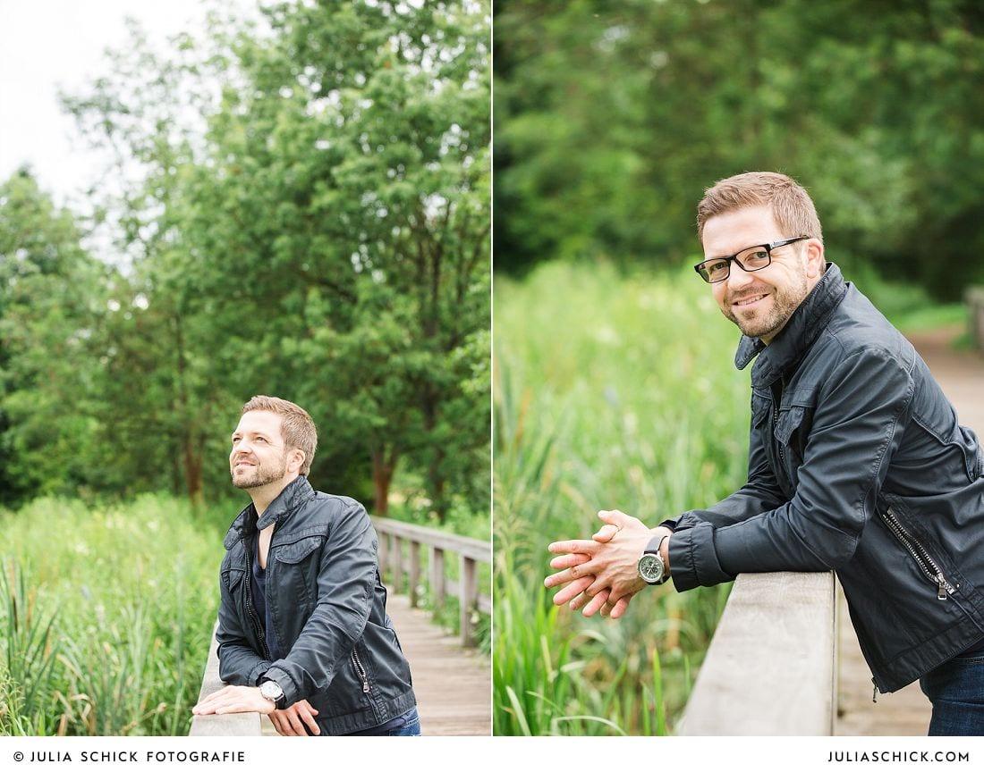 Mann in Lederjacke lehnt auf Brückengeländer im Wienburgpark