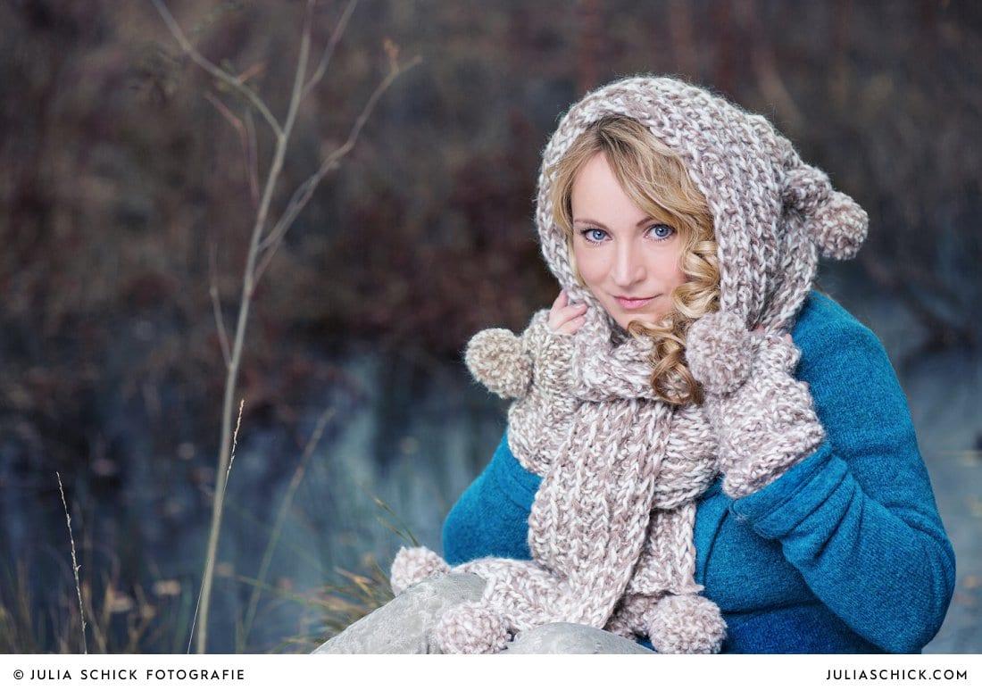Sängerin Lore Lei vor Eisfläche fotografiert von Julia Schick Fotografie im Venner Moor