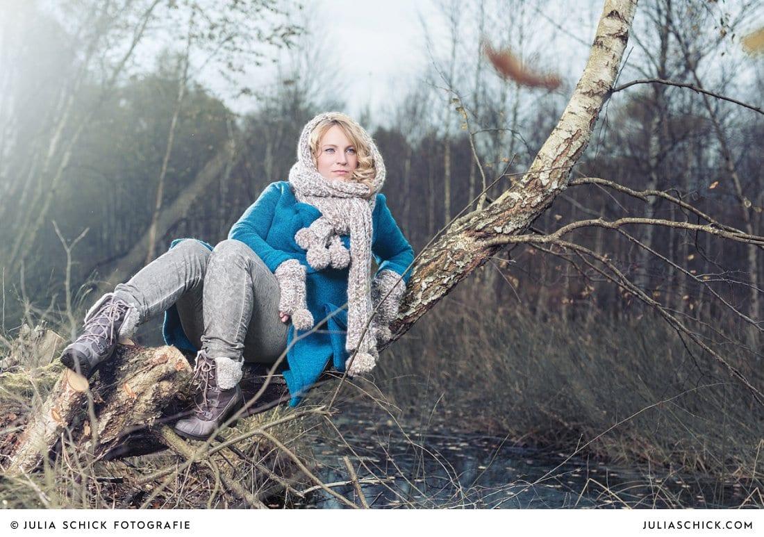 Sängerin Lore Lei sitzend auf Baum fotografiert von Julia Schick Fotografie im Venner Moor