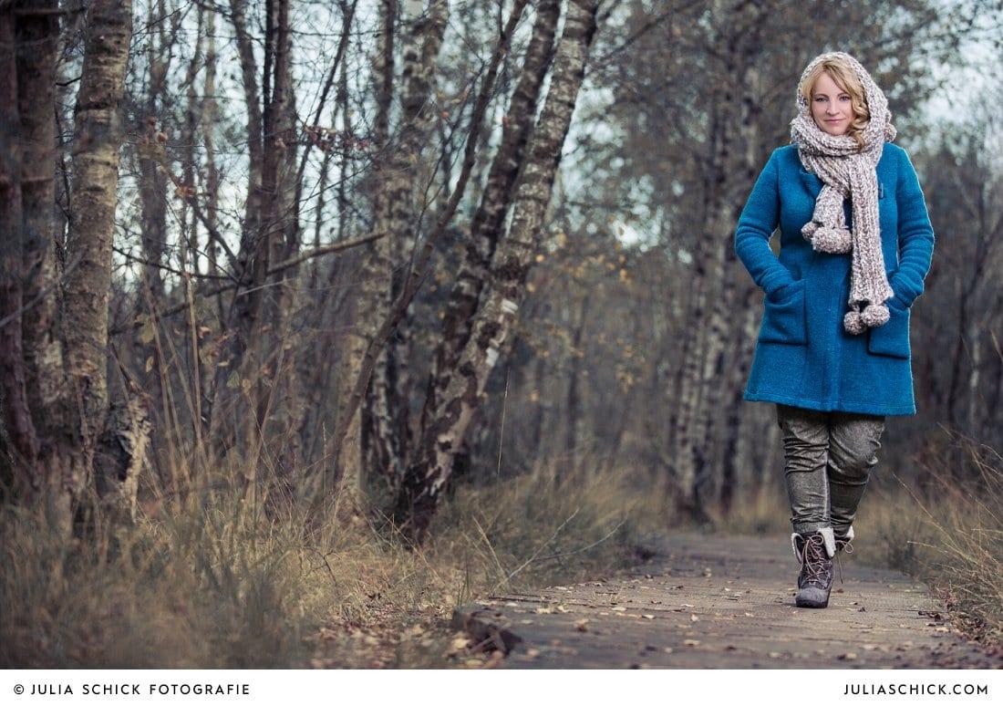 Sängerin Lore Lei auf Holzsteg fotografiert von Julia Schick Fotografie im Venner Moor