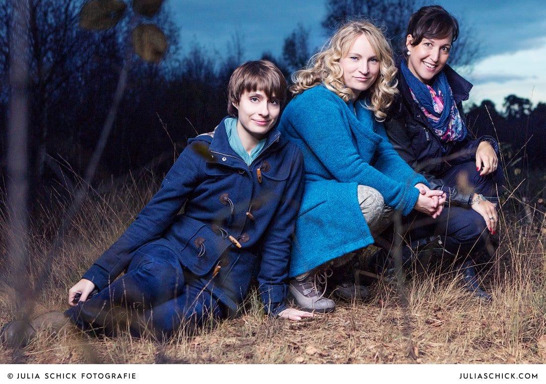 Fotografin Julia Schick, Sängerin Lore Lei und Ivonne Milskemper von imi design beim Fotoshooting im Venner Moor
