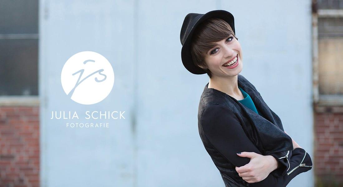 Das neue Logo der Fotografin Julia Schiick auf einem Bild der Fotografin in Münster