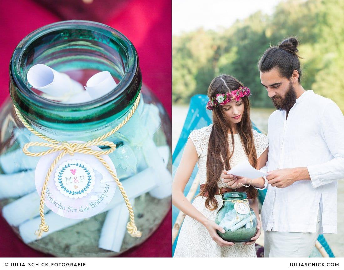 Hochzeitsidee Wunschglas, Brautpaar liest nachrichten der gäste