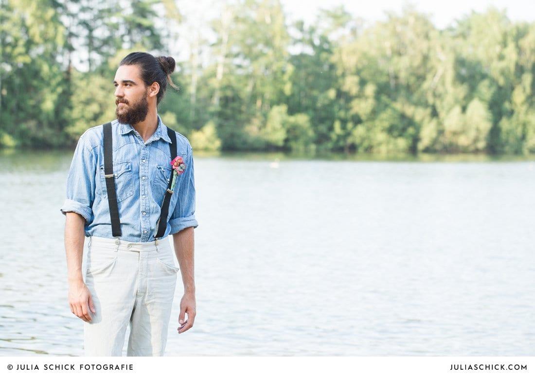 Bärtiger Bräutigam in Jeanshemd und Hosenträgern mit Anstecker am Hiltruper See
