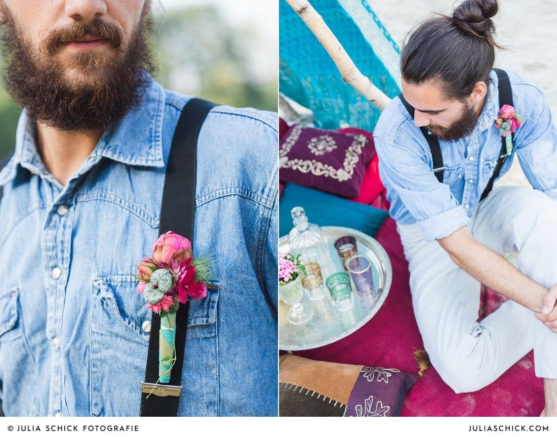 Bärtiger Bräutigam in Jeanshemd und Hosenträgern mit Anstecker im Boho Stil am Hiltruper See