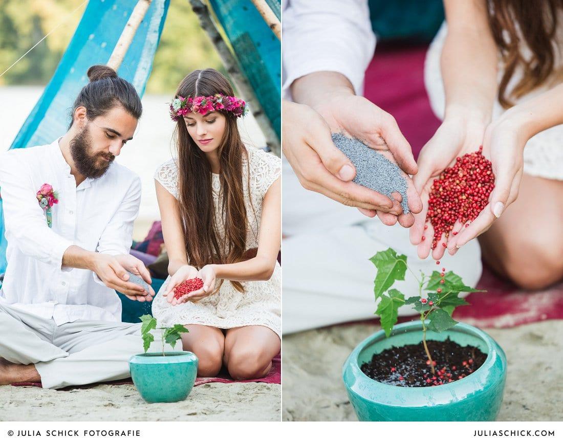 Boho Brautpaar pflanzt Baum, Ritual freie Trauung