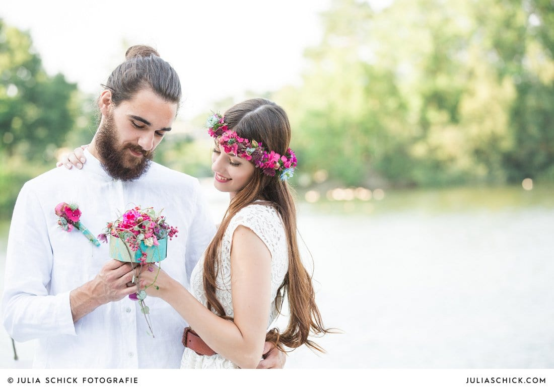 Hochzeitsfoto Bräutigam mit Bart, Braut mit magenta blumenkranz, brautstrauß in blau und magenta von florale manufaktur