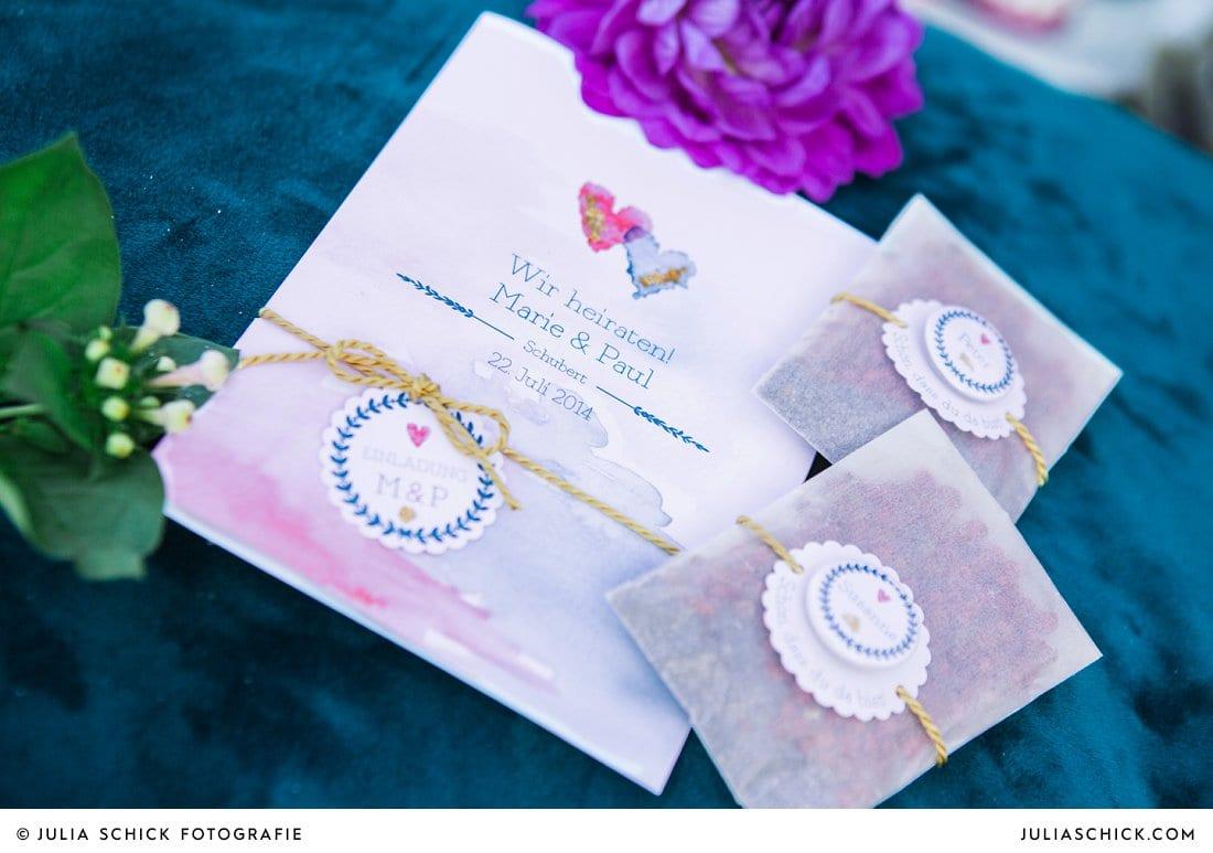 Hochzeitspapeterie: Trauheft und Gastgeschenk mit Button in blau und magenta
