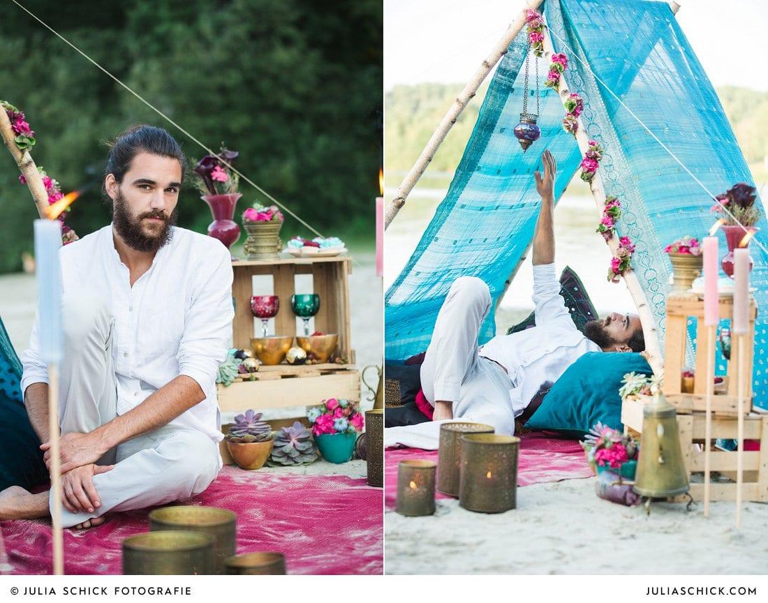 Bärtiger Boho-Bräutigam in Zelt aus indischem Sari