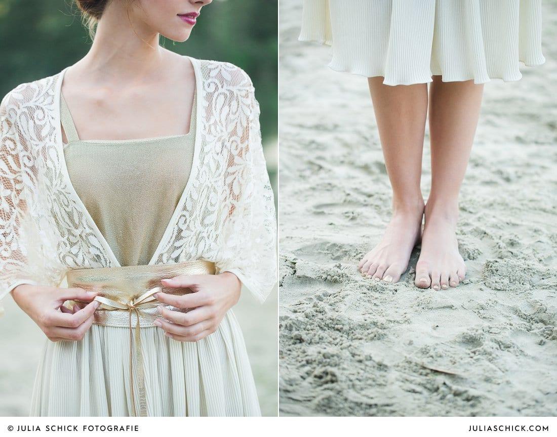 Braut in Spitzenkleid mit goldenem Gürtel am Strand
