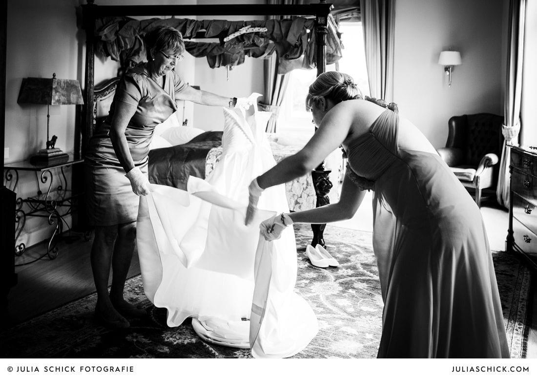 Ankleiden der Braut in Hochzeitssuite auf Gut Kump