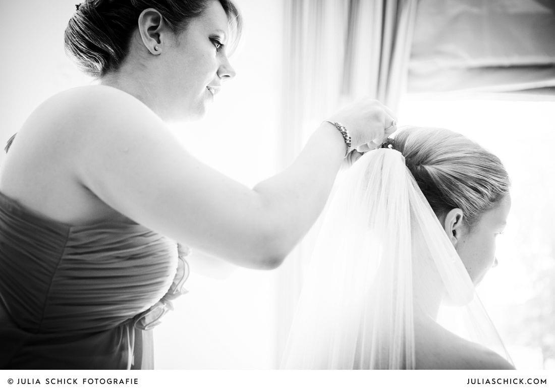 Braut mit langem Kathedralenschleier