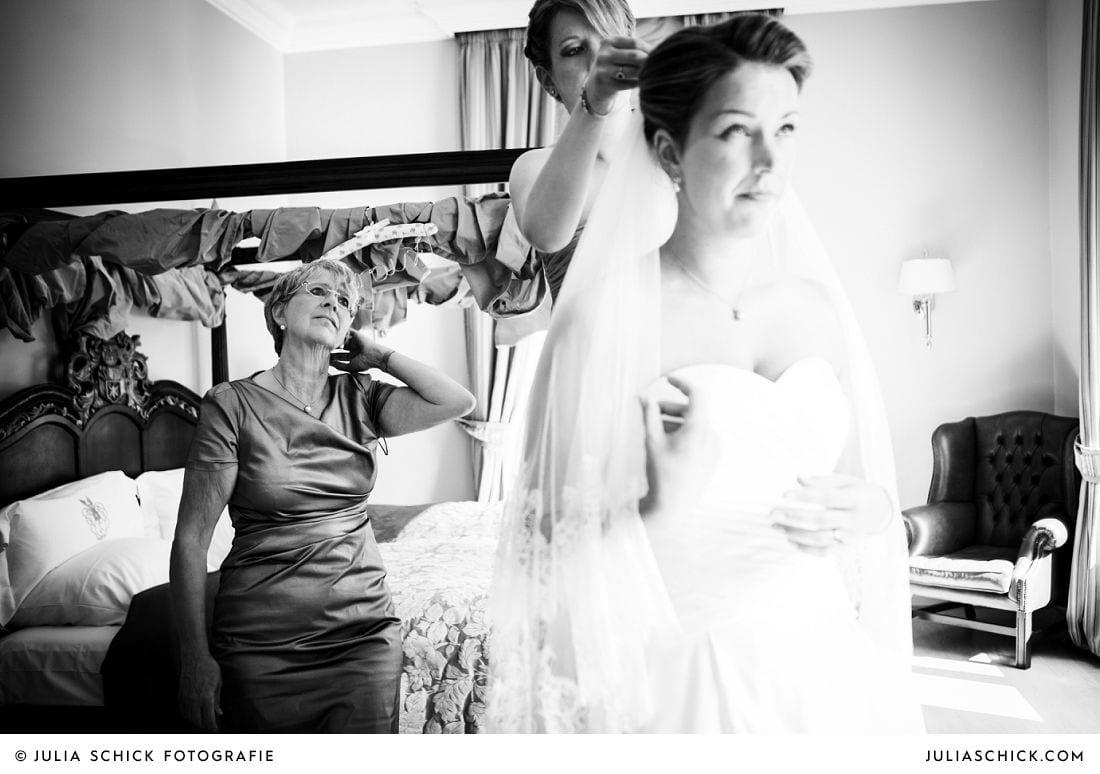 Braut mit langem Schleier auf Gut Kump