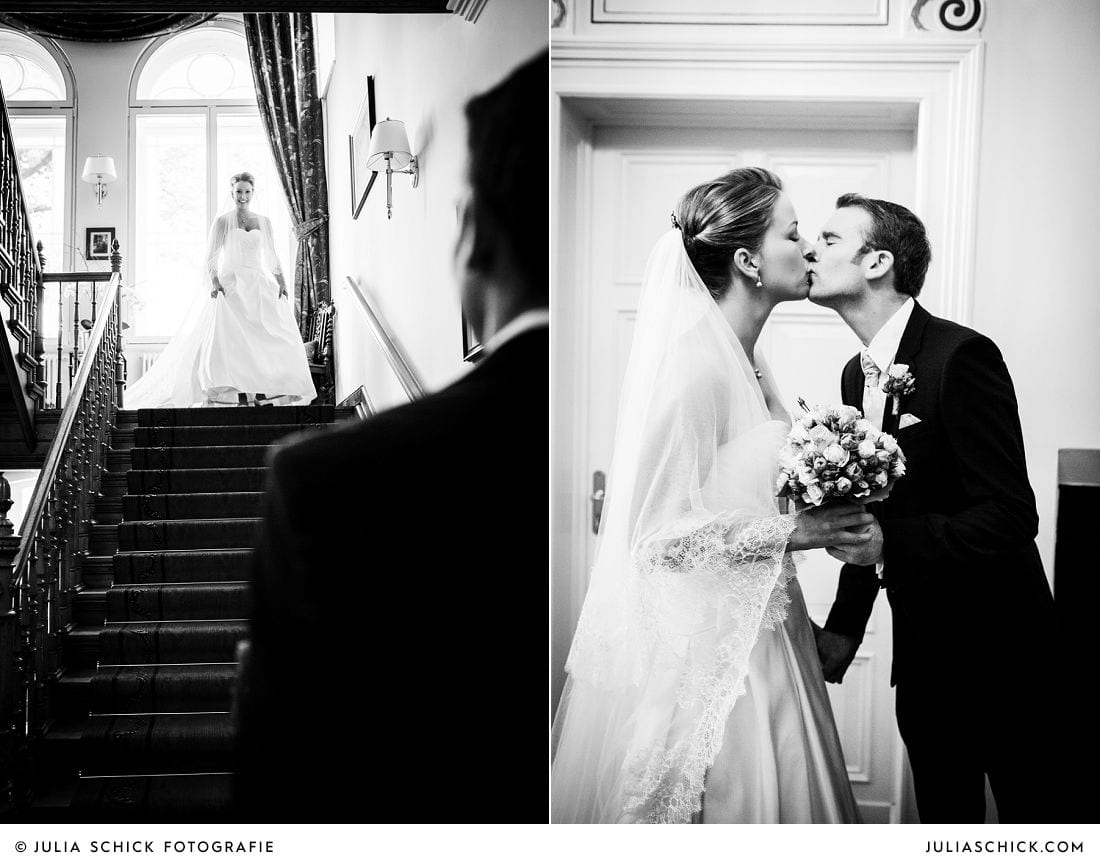 Braut schreitet auf Bräutigam zu die Treppe auf Gut Kump hinab