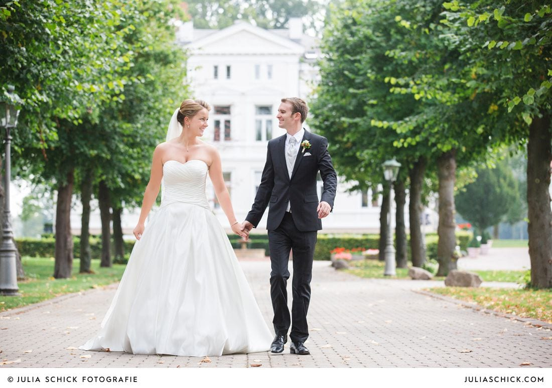 Brautpaar bei Hochzeitsfotos auf Gut Kump