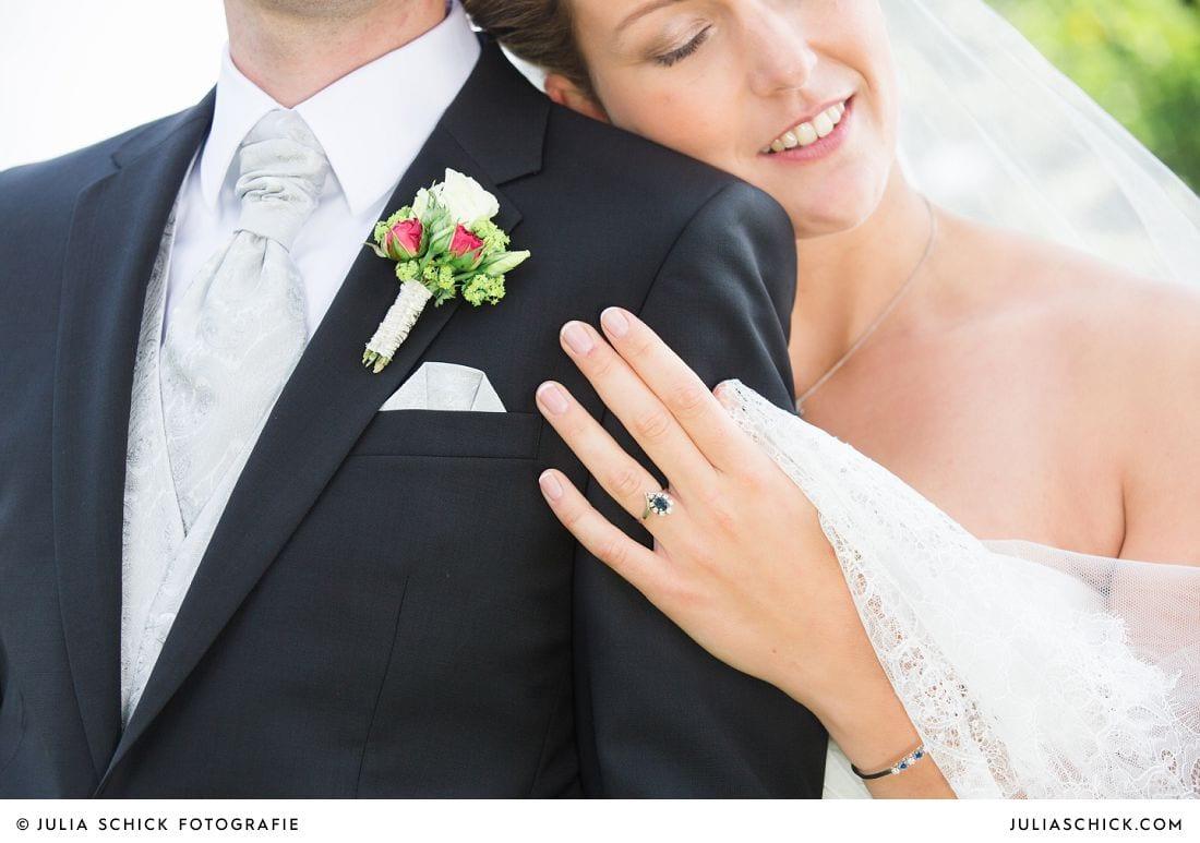 Braut an Schulter von Bräutigam gelehnt