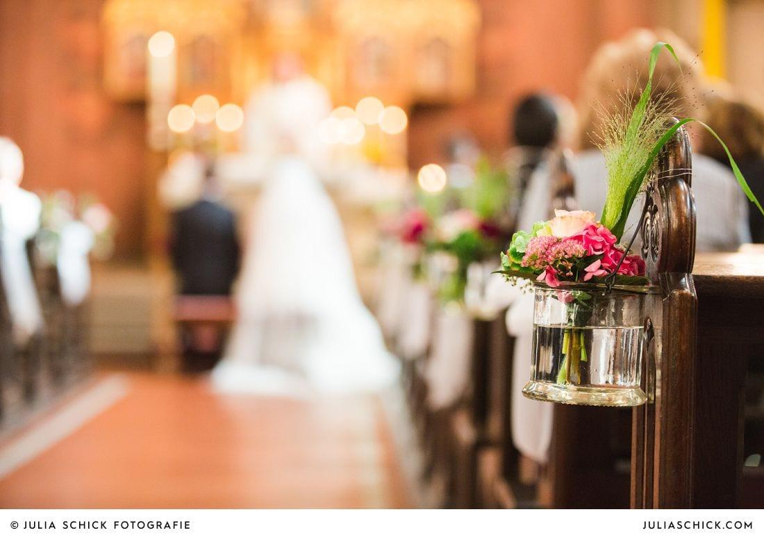 Hochzeitsdekoration im Gang der Herz Jesu Kirche Heeren