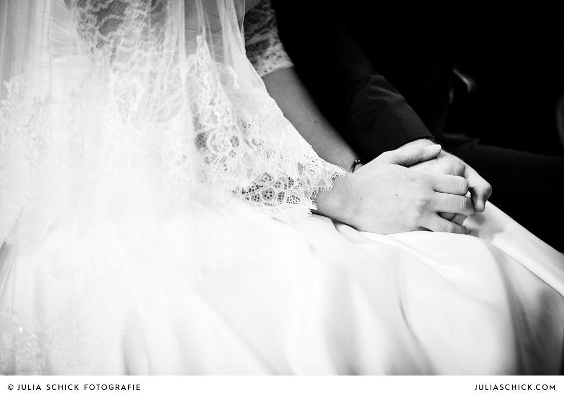 Hände des Brautpaares während der Trauung Herz Jesu Kirche Kamen Heeren